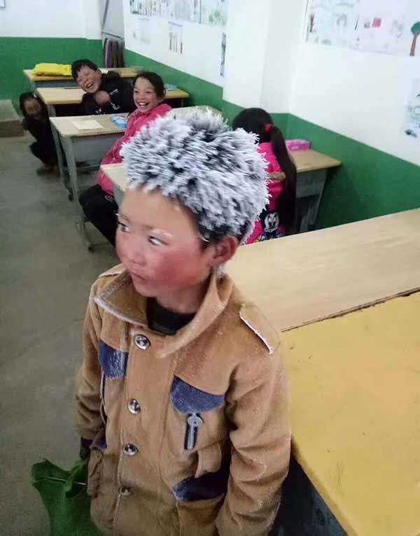 copil merge prin ger la scoala